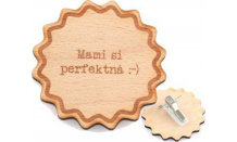 Dřevěná gravírovaná brož Suno